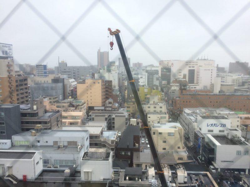 冷たい雨の中での工事