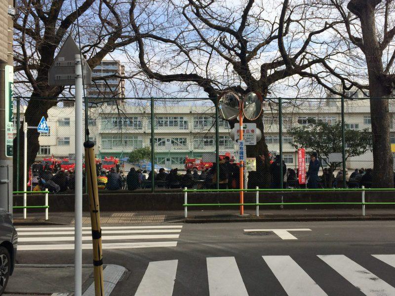 小学校の校庭に赤い車が大集合