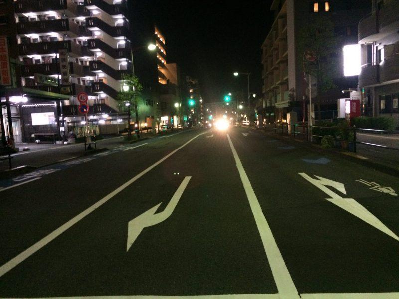 夜の無人の道を行く